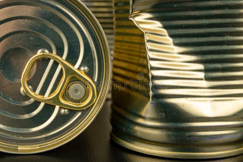 Lata danificada do metal com vegetais em uma tabela de madeira Vegetais enlatados em uma lata imagem de stock royalty free
