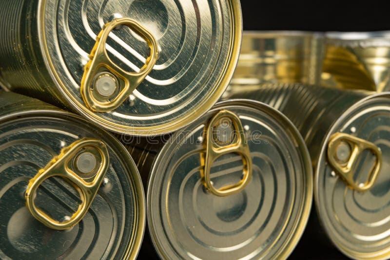 Lata danificada do metal com vegetais em uma tabela de madeira Vegetais enlatados em uma lata foto de stock royalty free