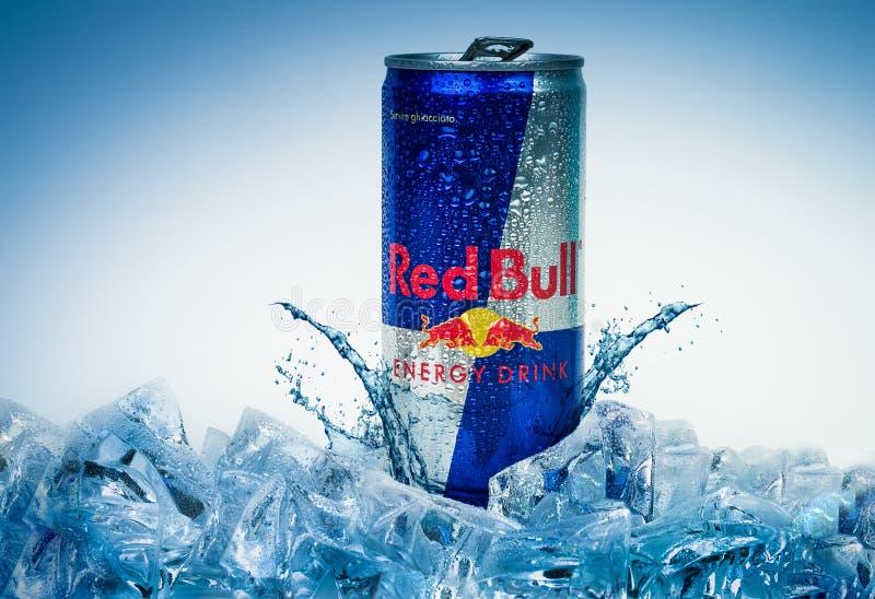 Lata de alum?nio da bebida da energia de Red Bull no gelo Isolado no branco fotografia de stock