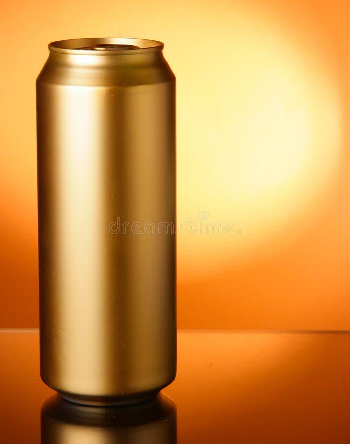 Lata de cerveja dourada imagem de stock