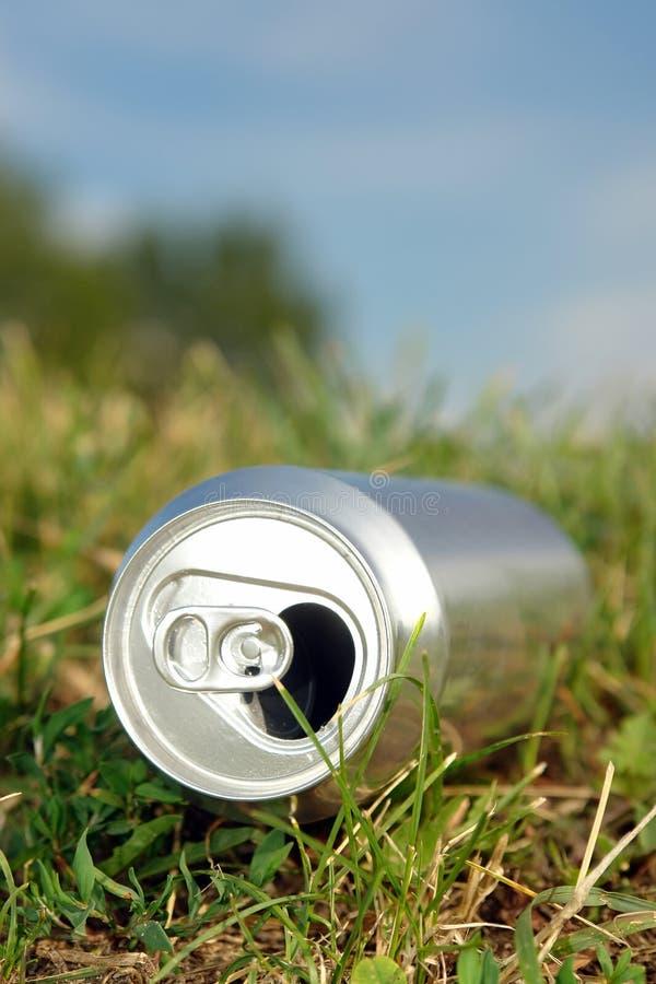 Lata de cerveja na grama fotografia de stock