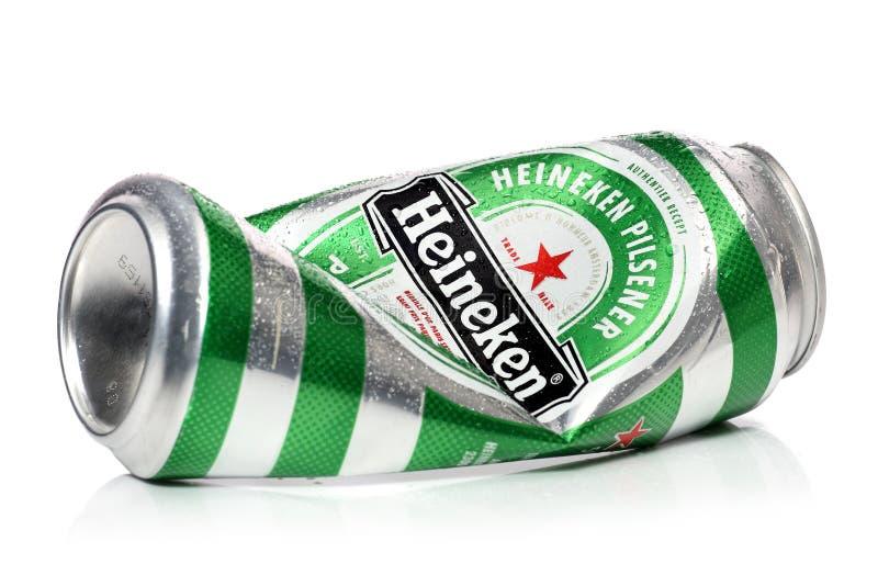Lata de cerveza arrugada de Heineken con los descensos del agua, aislados en un fondo blanco imágenes de archivo libres de regalías