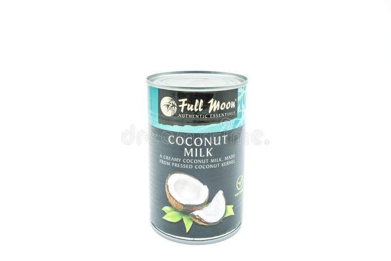 Lata de la Luna Llena calificada leche de coco en Conta estañado reciclable fotos de archivo