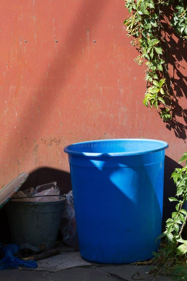 Lata de lixo azul imagem de stock royalty free