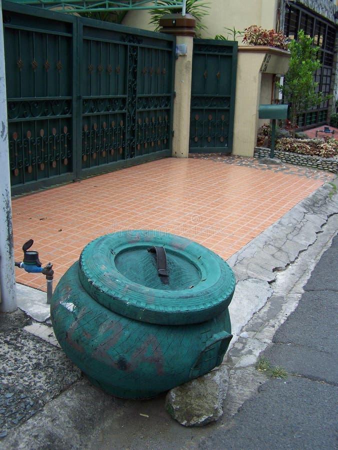 Lata de lixo feita do pneu de borracha nas Filipinas fotografia de stock