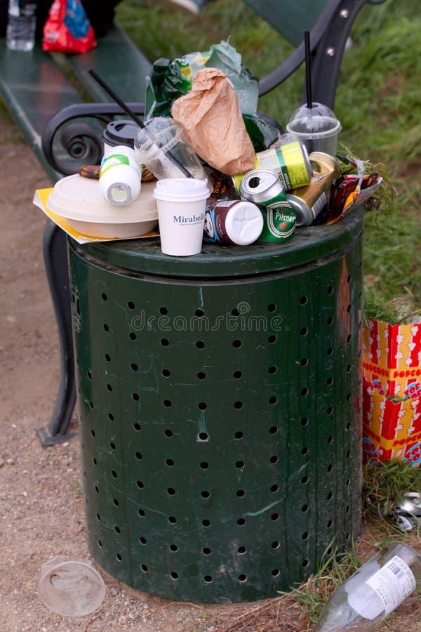 Lata de lixo Overfull na cidade imagem de stock