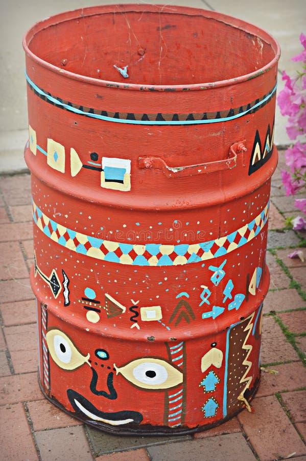 Lata de lixo pintada imagem de stock