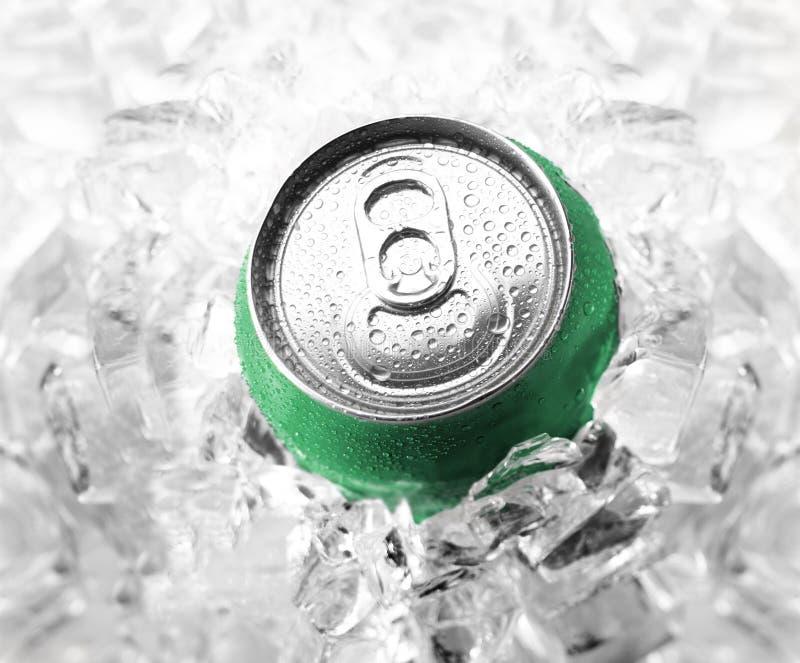 Lata de soda verde fotografia de stock