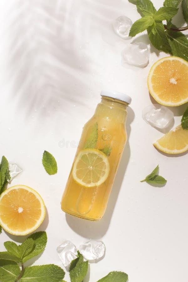 Lata detox odświeżająca lemoniada na tropikalnym podpalanym tle obraz stock