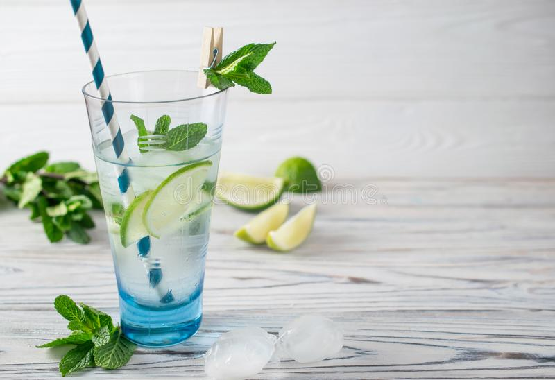 Lata detox od?wie?enia zdrowa organicznie woda z cytryn?, wapnem i mennic?, fotografia stock