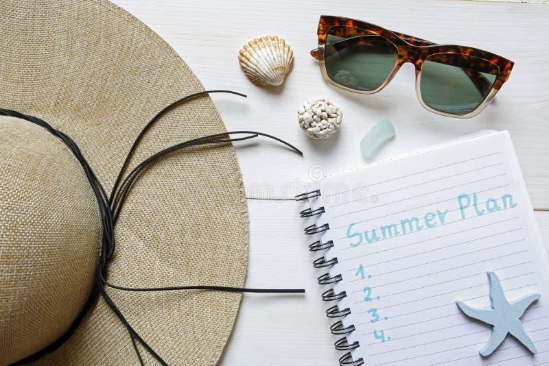 Lata heblowania pojęcia słomiany kapelusz, seashells, okulary przeciwsłoneczni i nootebook, zdjęcie stock