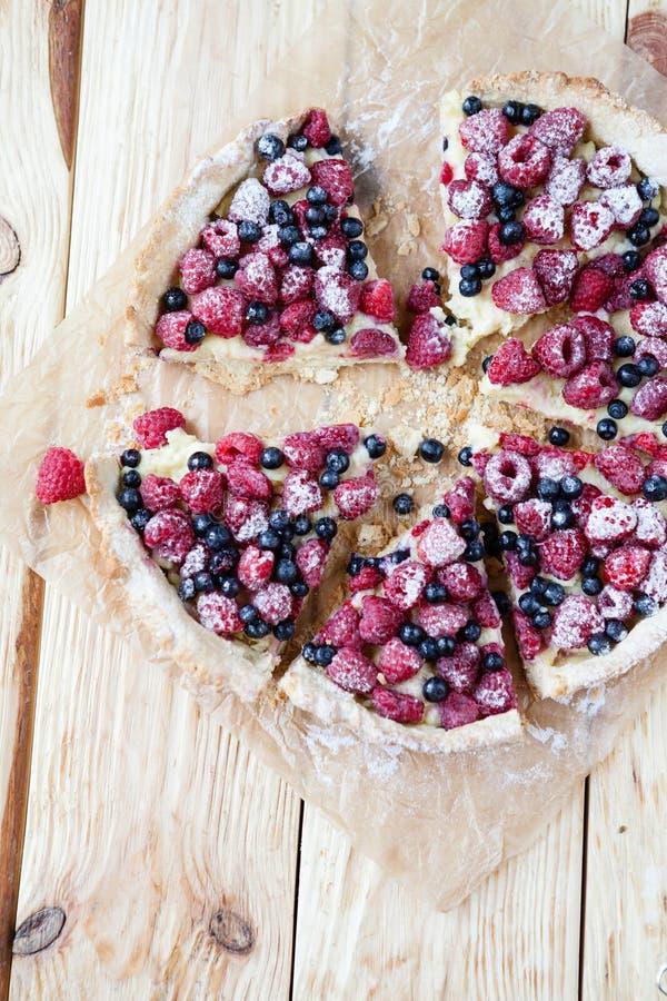 Lata jagodowy tarta z malinkami i rodzynkami fotografia royalty free