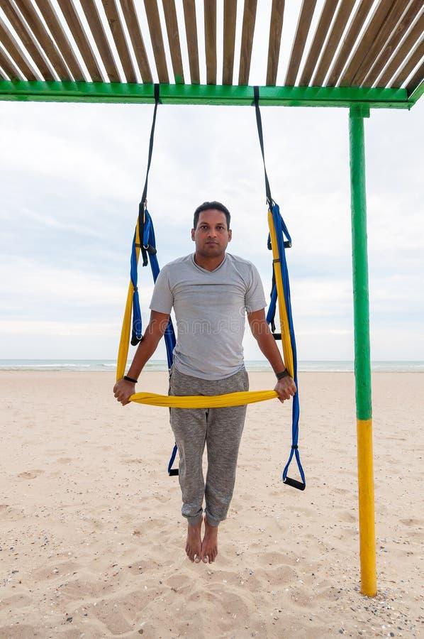 Lata joga, mężczyzna robi joga ćwiczeniom na dennym tle Sport i zdrowy pojęcie obrazy royalty free