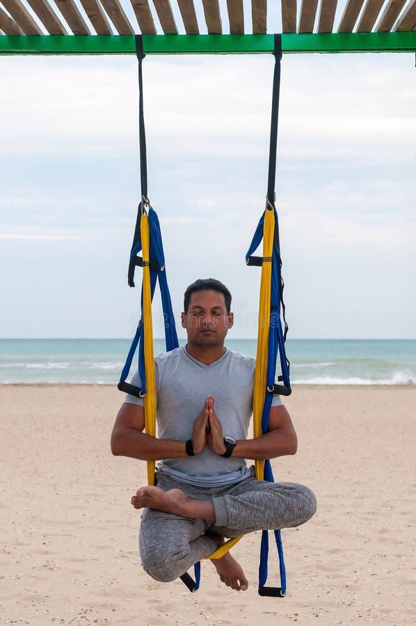 Lata joga, mężczyzna robi joga ćwiczeniom na dennym tle Sport i zdrowy pojęcie zdjęcie stock