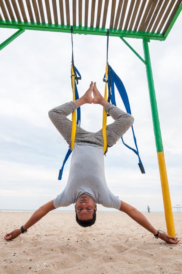 Lata joga, mężczyzna robi joga ćwiczeniom na dennym tle Sport i zdrowy pojęcie obraz royalty free