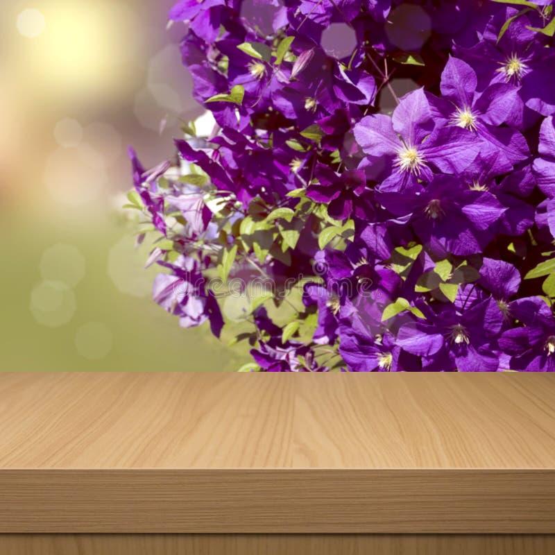 Lata kwiecisty tło z pustym drewnianym stołem. Kwiecisty lato zdjęcia royalty free