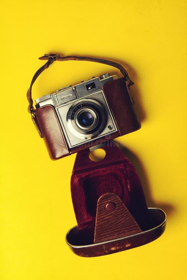 Lata lub wakacje pojęcie Starej rocznik kamery żółci wibrujący półdupki zdjęcie royalty free