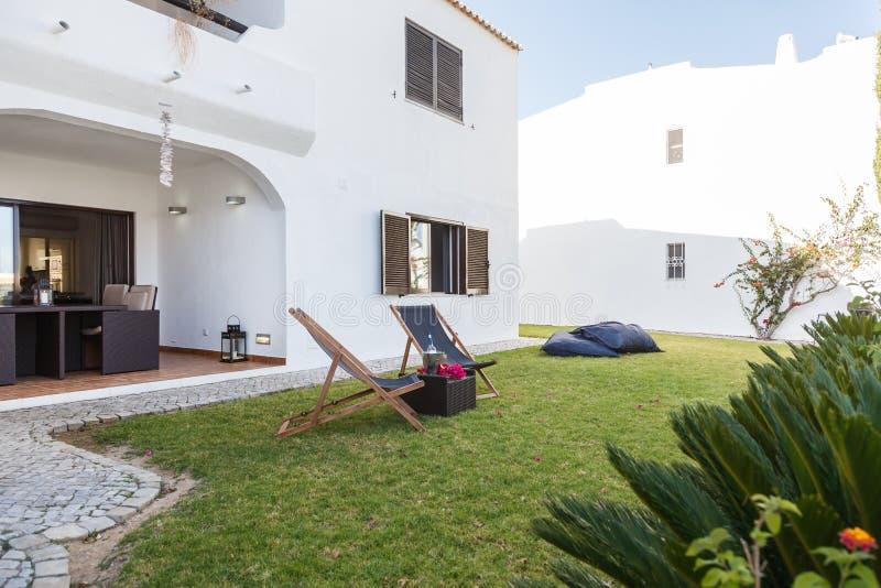 Lata mieszkania ogród z krzesłami i poduszki tworzyliśmy obraz royalty free