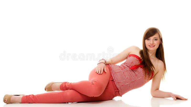 lata mody Nastoletnia dziewczyna w czerwonym stroju zdjęcia stock