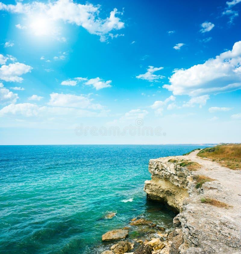 Lata morza krajobraz z Skalistym brzeg fotografia royalty free