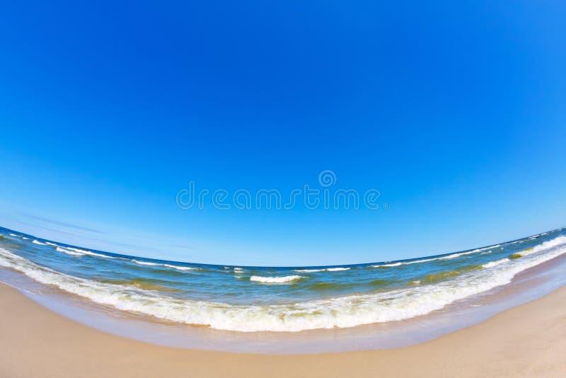Lata morze, pla?a i jasny niebieskie niebo, Poj?cie relaks Fisheye obiektyw zdjęcie royalty free