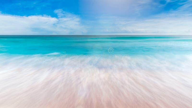 Lata morze z gładkim fali niebieskiego nieba piaskiem i bezpłatną przestrzenią obraz royalty free