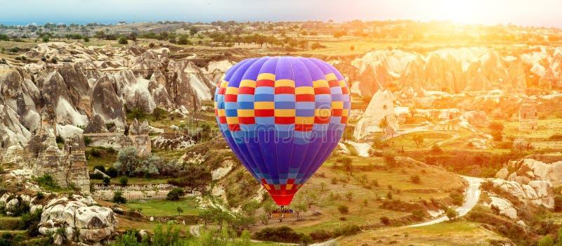 Lata nad zadziwiające rockowe formacje Cappadocia w gorące powietrze balonie, Turcja zdjęcie royalty free