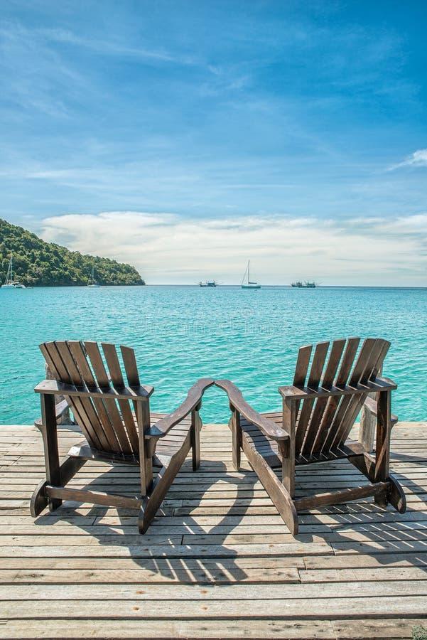 Lata, podróży, wakacje i wakacje pojęcie, - Plażowy krzesło na th obraz royalty free