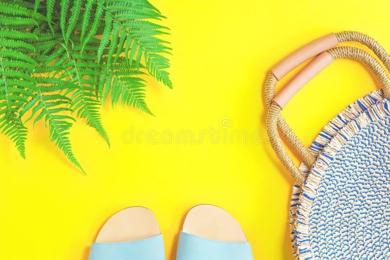 Lata round słomiana torba na żółtym tle zdjęcia royalty free