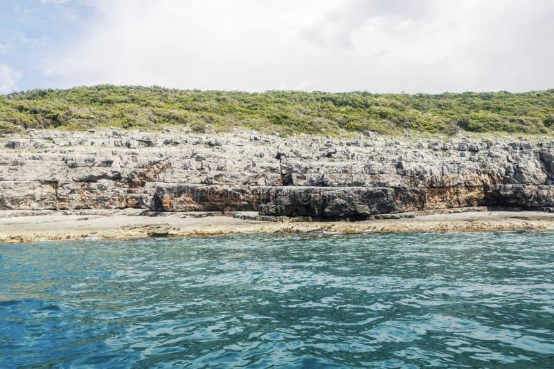 Lata Seashore z falezami, Skalisty Denny wybrzeże przy Pogodnym popołudniem obraz stock