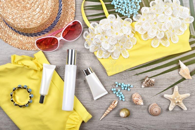 Lata skincare twarzowa ochrona, słońce ochrona z Pustymi etykietka kosmetykami butelkuje zbiornika obraz stock