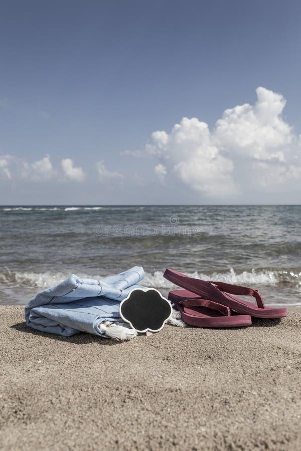 Lata tło z trzepnięcie klapami i ręcznik na plaży obraz royalty free