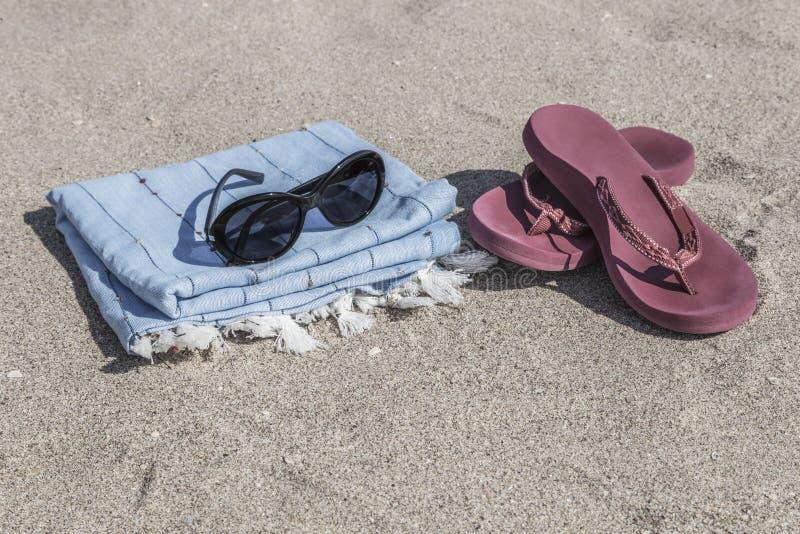 Lata tło z trzepnięcie klapami i ręcznik na plaży fotografia stock
