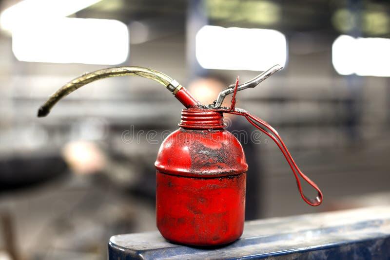 Lata vermelha do óleo fotografia de stock royalty free