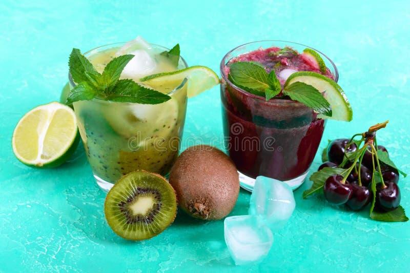 Lata zimno pije z świeżymi owoc, jagodami i mennicą, obrazy stock