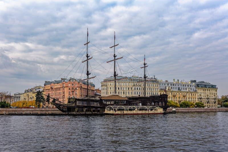 Latającego holendera restauracyjna żaglówka - replika «Amsterdam «cumował przy Mytninskaya Quay, St Petersburg, Rosja obrazy stock