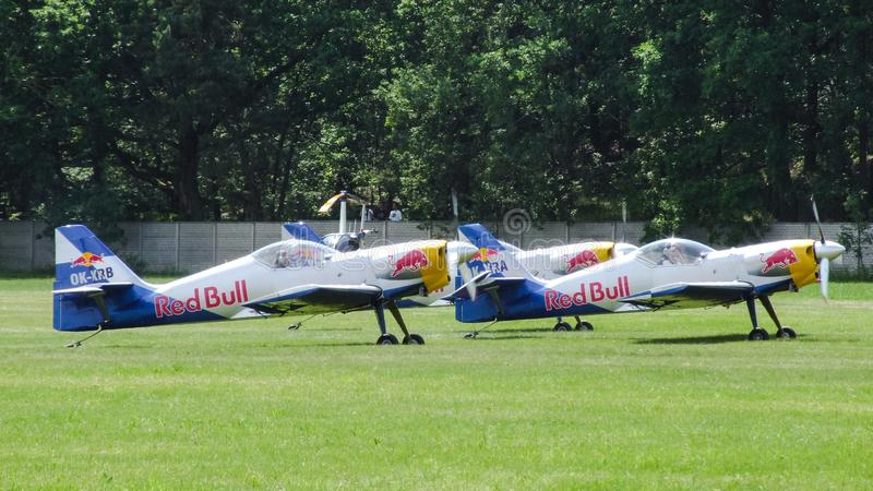 Latający byków Aerobatics Zespalają się Zlin-50LX narządzanie dla taxiing dla odlota obraz royalty free
