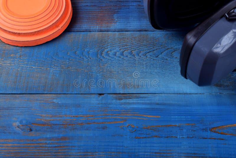 Latający celu talerz i hałasów hełmofonów przeciw błękitnemu drewnianemu tłu stłumienie obrazy stock