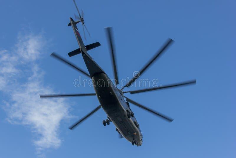 Latający helikopter w niebie obraz stock