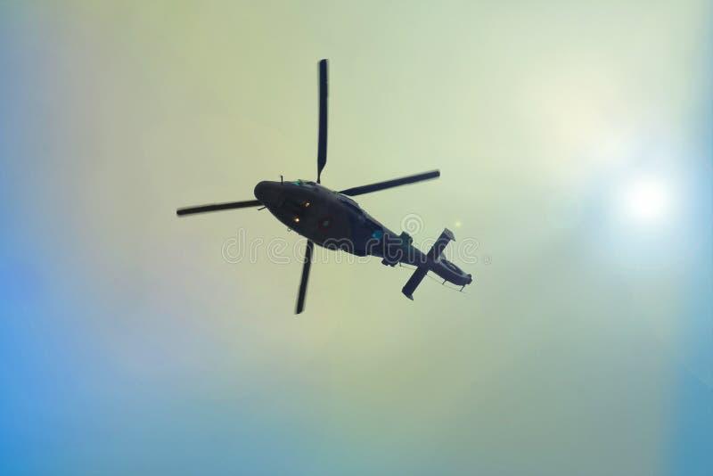 latający helikoptera niebieskie niebo obraz royalty free