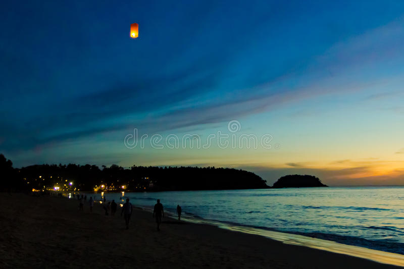 Latający lampion przy Karon plażą, Phuket fotografia stock