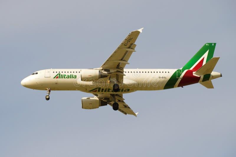 Latający płaski Aerobus A320 EI-DSL Alitalia linii lotniczej zakończenie up fotografia royalty free