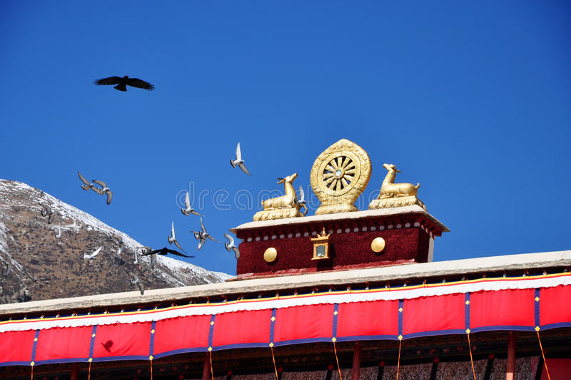 Download Latający Ptaki I Dwa Złoty Rogacz Flankuje Dharma Koło Zdjęcie Stock - Obraz złożonej z buddhism, flaga: 53775522