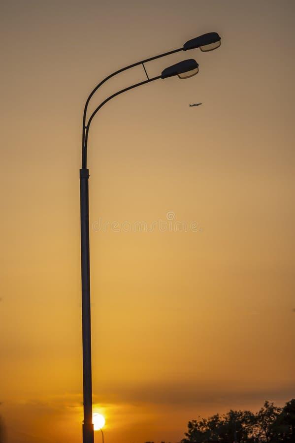Latający samolot i lampposts przy zmierzchem target636_1_ pasa?era samolotowi dzieci s jaskrawy gradientowy t?o zdjęcia stock