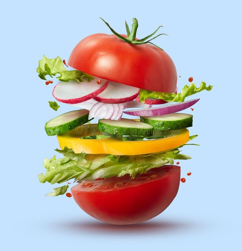 Latający składniki weganinu hamburger obrazy royalty free