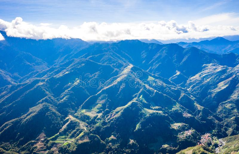 Latający truteń w kierunku pięknego zadziwiającego sławnego Mt Hehuan w Tajwan nad szczyt, widoku z lotu ptaka strzał fotografia stock