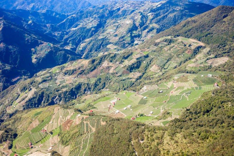 Latający truteń w kierunku pięknego zadziwiającego sławnego Mt Hehuan w Tajwan nad szczyt, widoku z lotu ptaka strzał obrazy royalty free