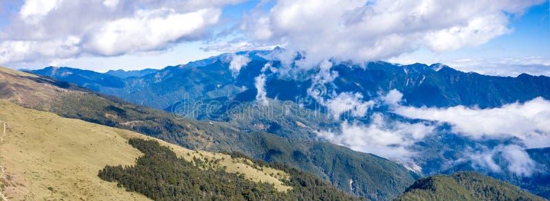 Latający truteń w kierunku pięknego zadziwiającego sławnego Mt Hehuan w Tajwan nad szczyt, widoku z lotu ptaka strzał zdjęcia royalty free