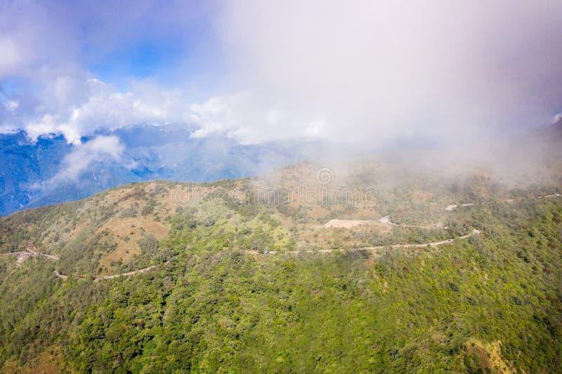 Latający truteń w kierunku pięknego zadziwiającego sławnego Mt Hehuan w Tajwan nad szczyt, widoku z lotu ptaka strzał fotografia royalty free