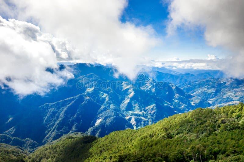 Latający truteń w kierunku pięknego zadziwiającego sławnego Mt Hehuan w Tajwan nad szczyt, widoku z lotu ptaka strzał zdjęcia stock